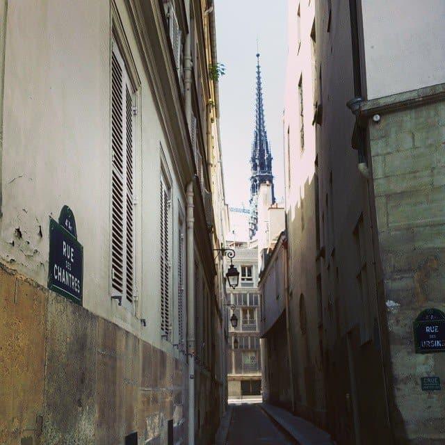 צריח כנסיית הנוטרה דאם מרחוב דז אורסין