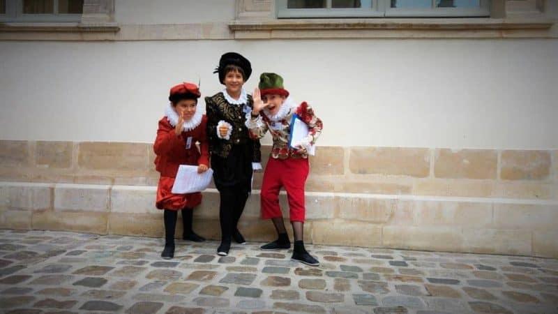 """תלמידי ביה""""ס שנמצא כיום באוטל דה מאיין שברובע המארה לבושים כאילו יצאו מהמאה ה-16."""