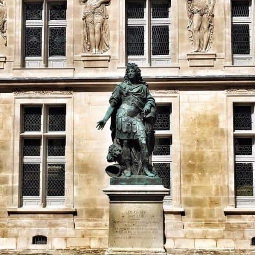מוזיאון הקרנבלה - פסלו של לואי ה-14 שנמצא בחצר המוזיאון