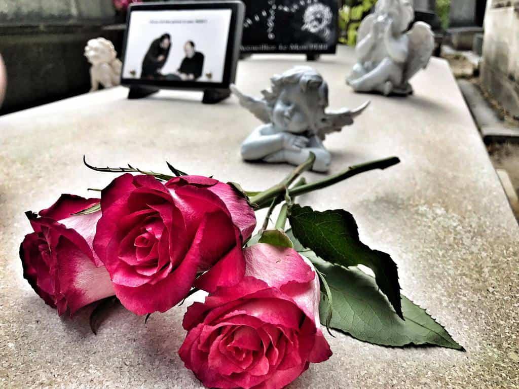 פרחים על קברו של מישל דלפש בפר לשז. צילם: צבי חזנוב.