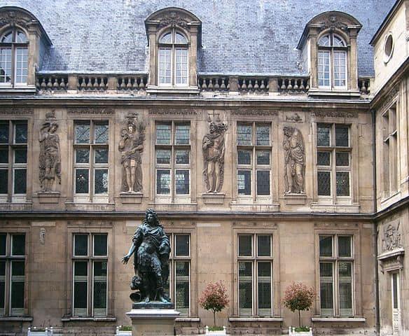 פסלו של לואי ה-14. מוזיאון הקרנבלה. מקור צילום וויקיפדיה.