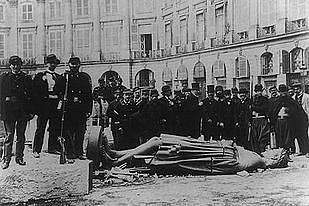 הרס הפסל של נפוליאון על ידי הקומונה הפריזאית בשנת 1871