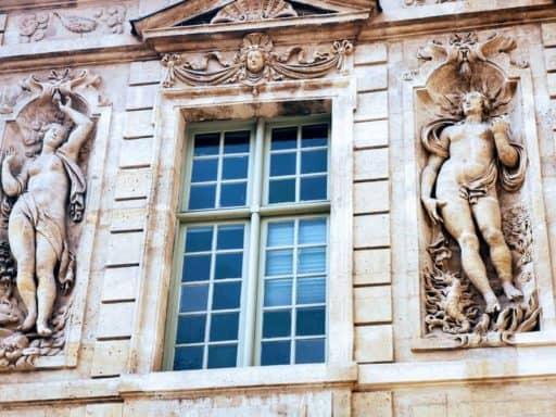אוטל דה סולי (Hotel de Sully) - כשהבעל בונה גרם מדרגות למאהבים של אשתו