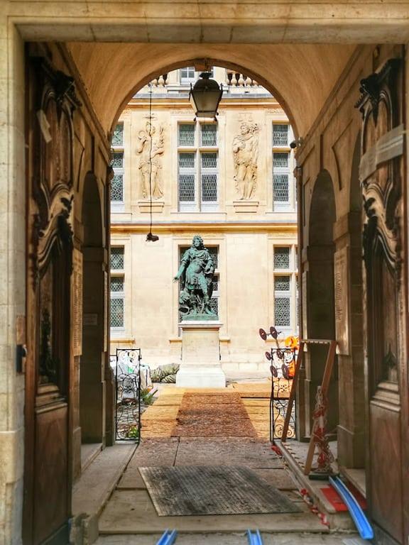 פסלו של לואי ה-14 בחצר אוטל קרנבלה (צולם בזמן השיפוצים במקום). צילם: צבי חזנוב