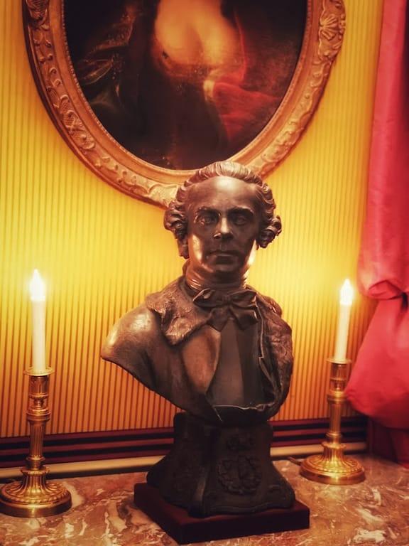 פסלו של מרשאל דה סאקס במוזיאון החיים הרומנטיים. צילם: צבי חזנוב