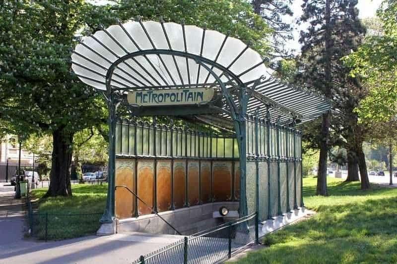 הכניסה לתחנת Porte Dauphine, אשר עוצבה על ידי הקטור גימאר. מקור צילום: ויקיפדיה.