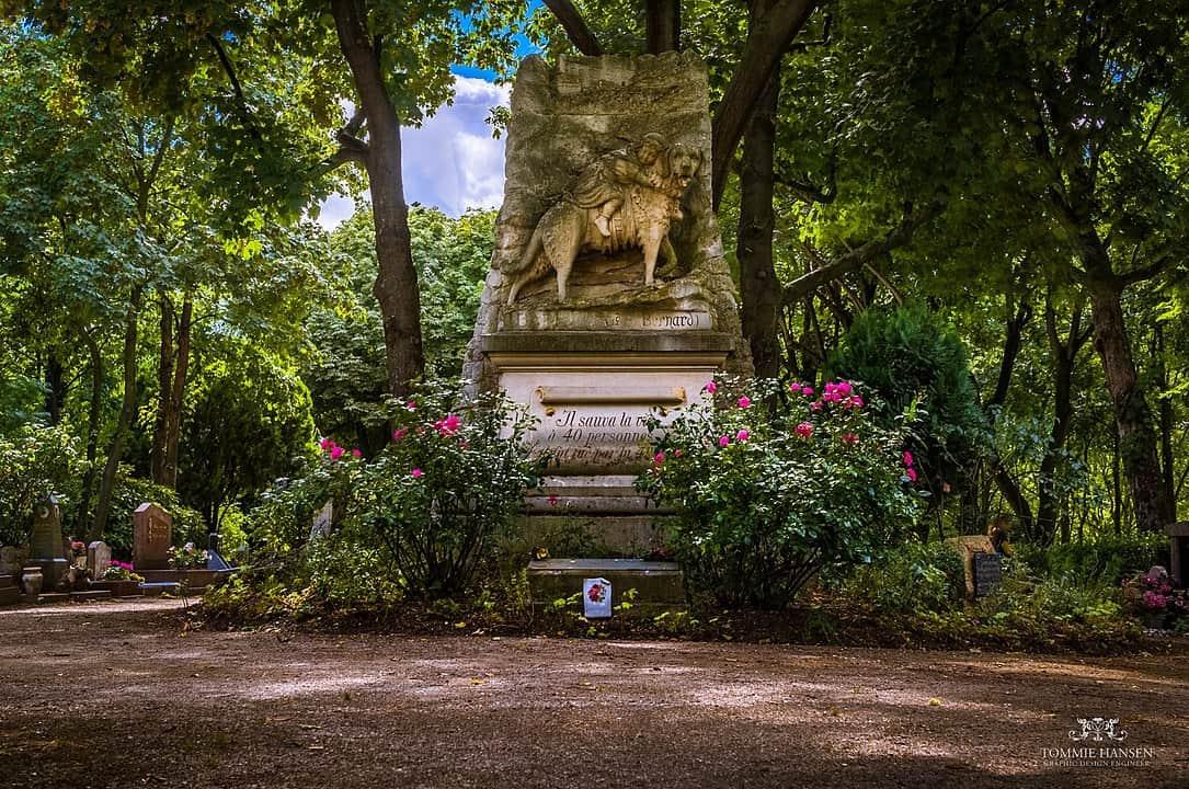 הפסל לזכרו של בארי הסן ברנאר המפורסם בהיסטוריה. צילם: בית הקברות באנייר. צילם: Tommie Hansen. מקור צילום: ויקיפדיה.
