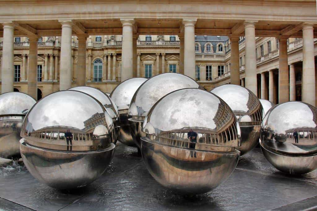 פסל כדורי המתכת בפאלה רויאל. צילם: יואל תמנליס.