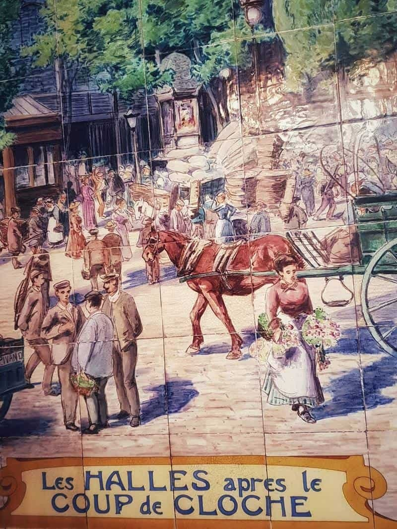 אחת התמונות העשויות אריחים צבעוניים ב Cochon a l'Oreille שמראה לנו איך נראה השוק הסיטונאי פעם.