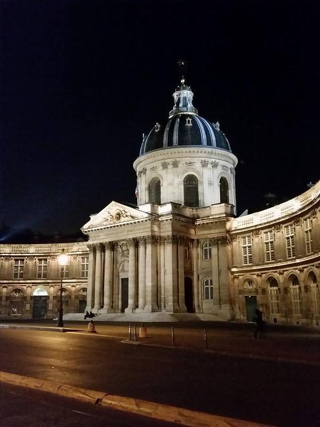 בניין האקדמיה הצרפתית מואר לכבוד חג המולד