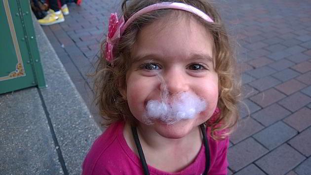 איור 3 - הבת שלי נהנית מצמר גפן מסוכר בפארק דיסני