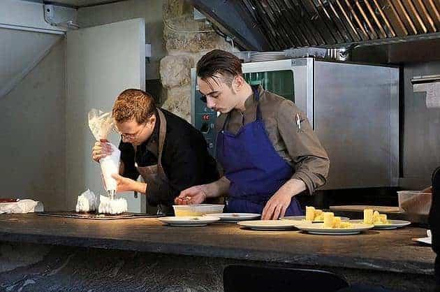 השף של Dessance, כריסטוף בושר (מצד שמאל) בפעולה. צילמה גלית פלצור