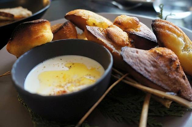 עוגיות מדלן עם נגיעות רוקפור ורוטב יוגורט לימון - צילמה גלית פלצור