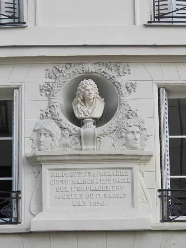 השלט ברחוב Pont Neuf 31, אשר גם הוא מציין שכאן נולד מולייר. מקור צילום: WIKIPEDIA.