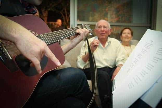 מופע שאנסונים בתור מתנת יום הולדת 90 מאת נעם אוקוטונס
