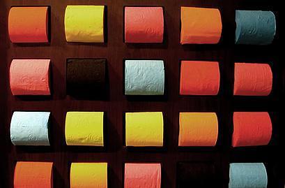 נייר טואלט במגוון צבעים בשירותים של מוזיאון הלובר