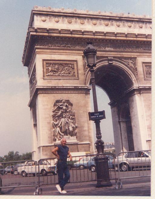 בני אמדורסקי מול שער הניצחון (1986) - הצילום ניתן באדיבותה של עידית נחומי