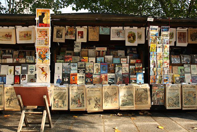 דוכן בוקיניסטים ליד הנוטרה דאם. מקור צילום וויקיפדיה.