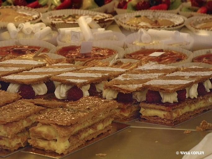 בדוכן העוגות בשוק המקורה