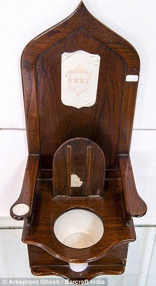 """""""כסא המלכות"""" של לואי ה-14 שהתגלגל למוזיאון השירותים בהודו"""