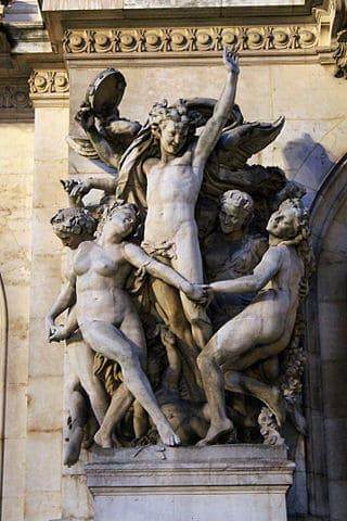 העתק פסל הריקוד בחזית בניין האופרה