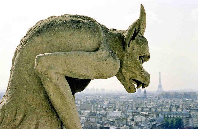 פסל של גרגוייל מביט על פריז מעל גג הנוטרדאם