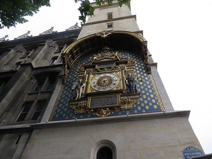 השעון בבסיס המגדל