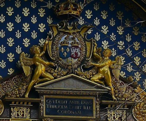 שני סמלי המלוכה והכתובת מתחת