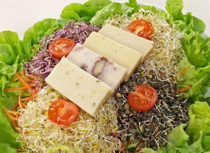 """סלט ה""""גבינה"""" של Loving Hut"""