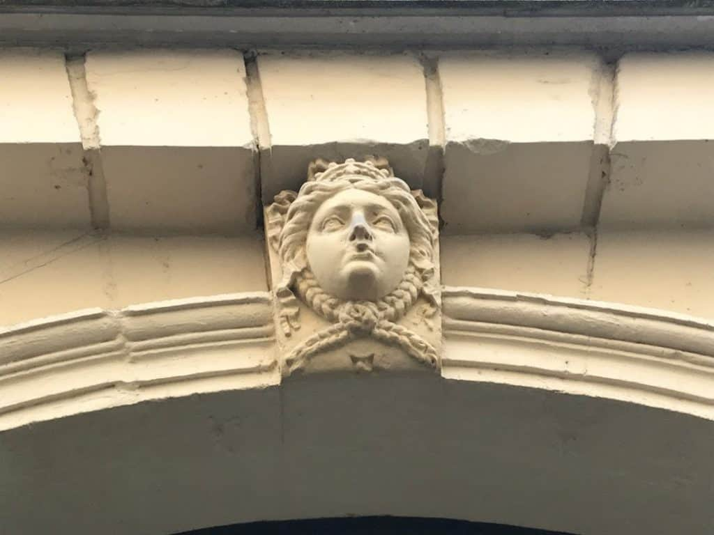 פתח ביתה של נינון דה לנקלו. צילם צבי חזנוב