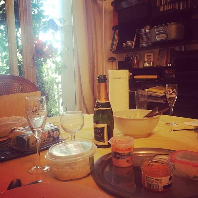 אצל הסבתא בקאן: שמפניה, בליני ואיקרה