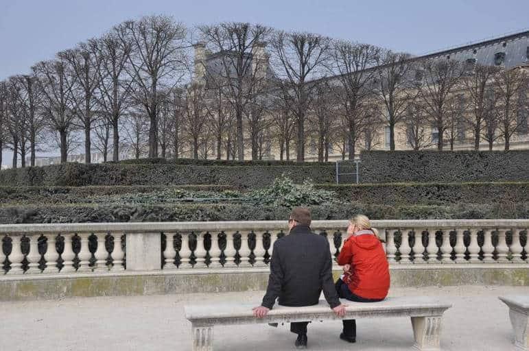 זוג יושב על ספסל בגני הטיולרי