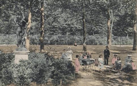 גן ראנלאג ב-1900 כשהפסל אהבה בת חלוף בצד שמאל, באדיבות האתר לאר נוּבוֹ