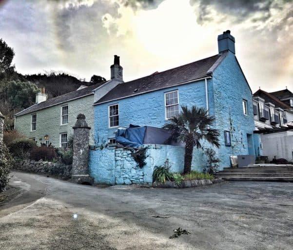 הבית הכחול של הרם. אחד מבתי המלון היחידים באי.