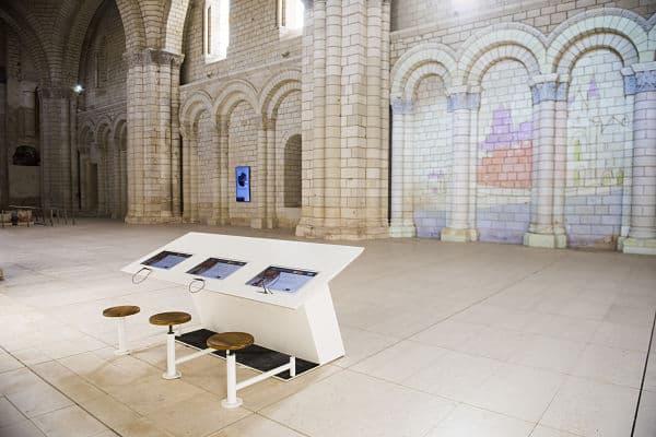 במנזר פונטברו מותר לקשקש על הקירות (מקור צילום: מנזר פונטברו)