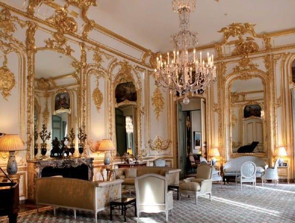 אוטל פונטאלבה בפריז) מעון שגריר ארה״ב בצרפת (הסלון שבו שכנו הלוחות שבמוזיאון ישראל, בסלון הותקן העתק מדויק של הלוחות עם קרניז הדומה למקור.