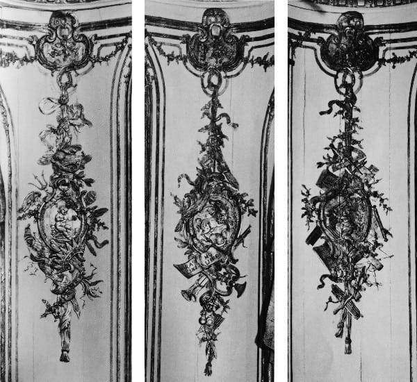 לוחות הפינות מעוטרות במדליונים ועליהם סמלי האומנויות (מן האח ימינה).