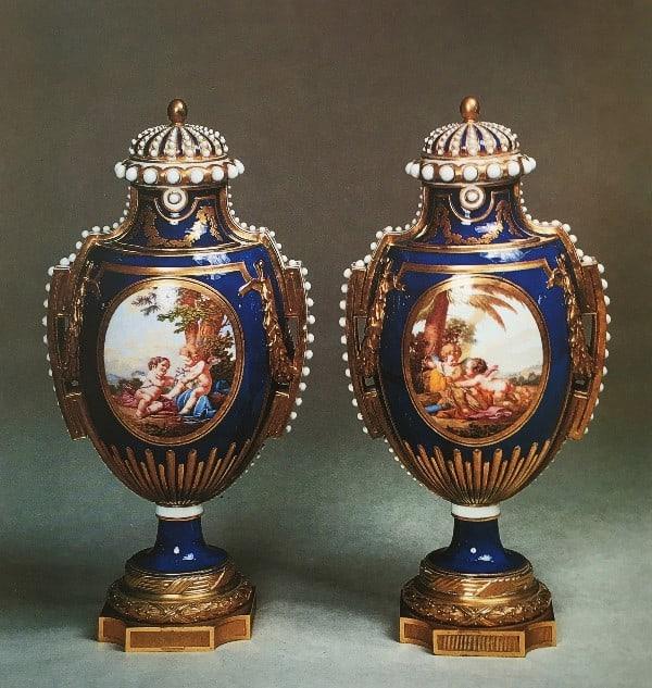 זוג אגרטלים כחולים ועליהם תיאור ילדים.פורצלן סוורה, הבסיס מברונזה מוזהבת, 1760-1770 בקירוב.