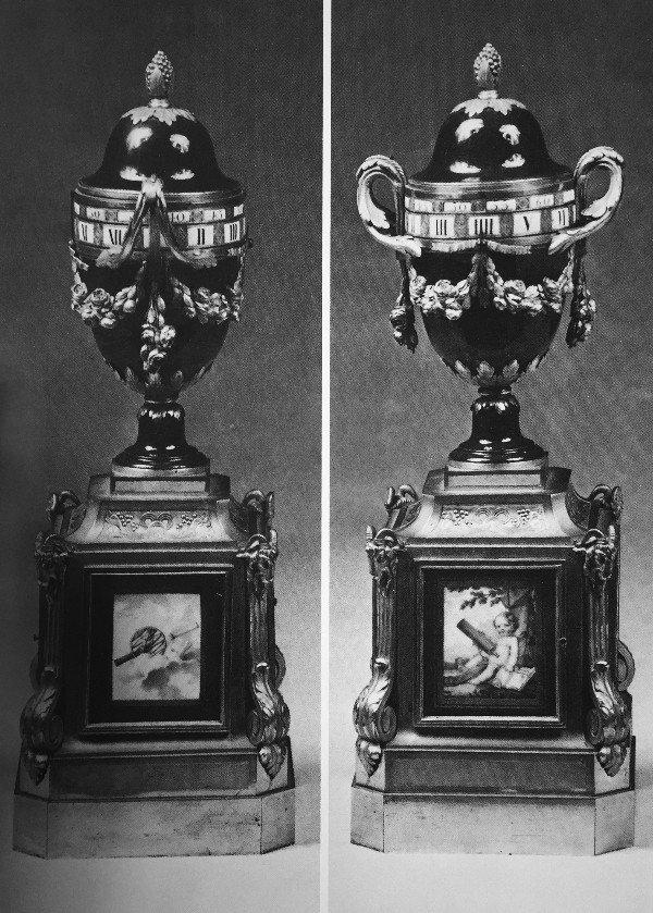 זוג שעונים בצורת אגרטל.פורצלן סוורה, אמאייל, ברונזה מוזהבת, מנגנון חתום ע״י לואי מונזואה, צרפת, המאה ה-18.