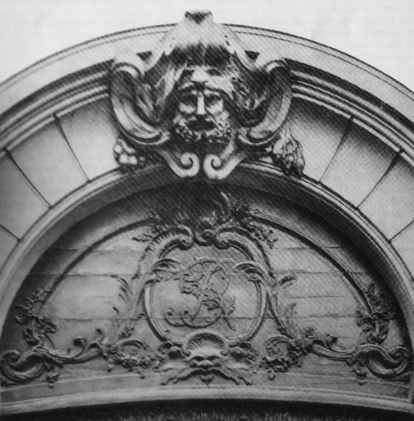 שער הכניסה לאוטל סמואל ברנאר ברו סן ז׳רמן בפריז.