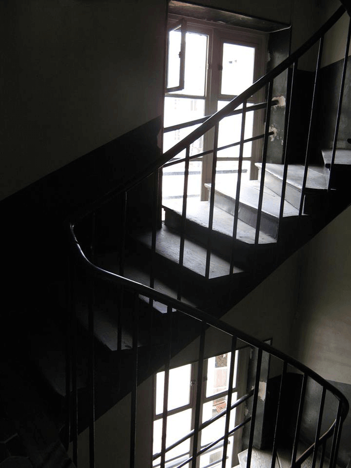 """המדרגות לביתו של ד""""ר זא'ן פייר לֶשוֹ, שהיה ביתי בפריז לזמן קצוב - והצילום שצילמתי אותן היה אחת החלופות לעטיפה של """"דיונות החול של פריז"""". בסוף בחרתי לעטיפה צילום אחר שלי, צילום המצעים הנדמים לרגע לדיונות חול..."""