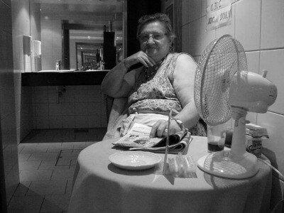 """דאם פיפי – מלכת השירותים הציבוריים בפריז מאת ד""""ר מאיה גז"""