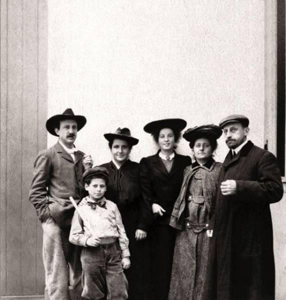 משפחת שטיין. משמאל לימין: ליאו, אלן, גרטרוד, תרזה הרמן, שרה ומיכאל. מקור צילום וויקיפדיה