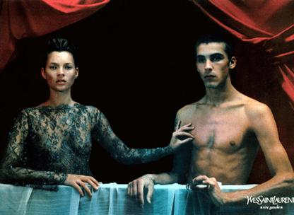 הדוגמנית קיית מוס בהומאז' ליצירה בפרסומת לבית האופנה של איב סן לורן (1999)