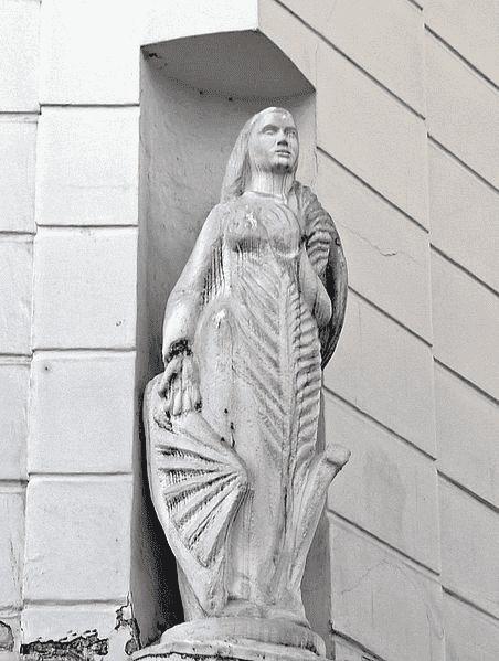 פסלה של קתרינה הקדושה בגומחה בפינת רחוב דה לרי ורחוב פואסונייר. מקור צילום וויקיפדיה.