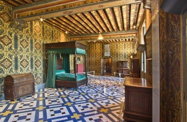 חדר השינה של קתרין דה מדיצ'י בטירת בלואה בו הציור של אנטונייטה תלוי על הקיר ליד מיטתה מקור התמונה: https://en.chateaudeblois.fr/2464-the-royal-apartments.htm