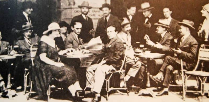 אנשי בוהמה צרפתים יושבים בבית הקפה לה רוטונד בשנת 1924. מקור צילום: ויקיפדיה.