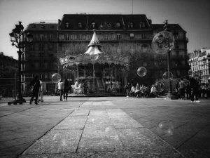 העיר באפור - טיול בפריז של נעמי שמר
