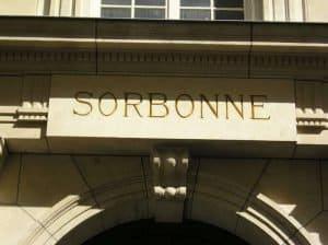 השלט בכניסה לסורבון. מקור תמונה ויקיפדיה.