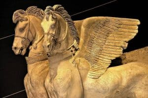 תבליט הסוסים המכונפים של טרקיניה. מקור צילום ויקיפדיה.